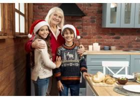 中等镜头的孩子和祖母在厨房摆姿势_5751179