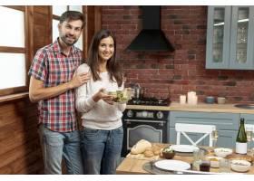 中等镜头的幸福夫妇端着一碗食物_5751166