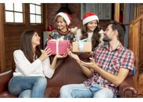 中等水平的孩子用礼物给父母带来惊喜_5750090