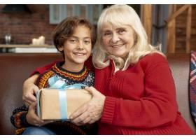 中镜头快乐的奶奶和孙子在一起_5750109