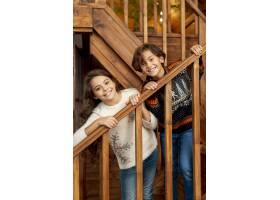 中镜头快乐的孩子们站在楼梯上_5750128