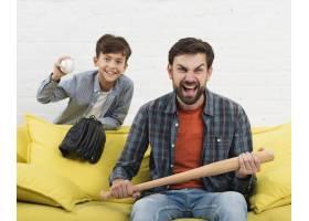 儿子拿着球父亲拿着棒球棒_6037386