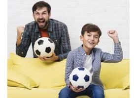 兴奋的父子俩看足球比赛_6037341