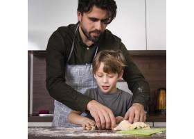 前景子和父亲在家中烘焙_6157509