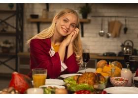 一位面带微笑的女人看着相机的肖像_5682652