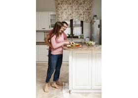 一名妇女在切菜受到丈夫的拥抱_6363707