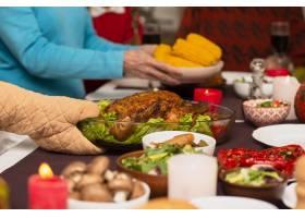 一家人在感恩节餐桌上端来食物_5682433