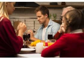 一家人在感恩节餐桌前祈祷_5682497