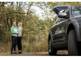 一对可爱的夫妇在车后拥抱_5999546