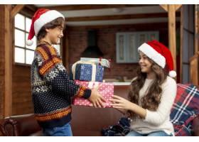 中景快乐女孩和男孩分享礼物_5750057