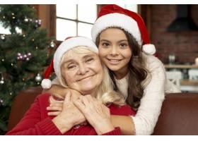 中景快乐女孩拥抱她的祖母_5750114