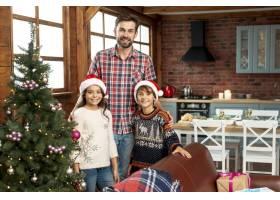 中景欢乐家庭在圣诞树附近摆姿势_5751137