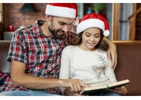 中景父亲给女儿看一本书_5751174