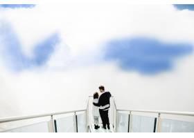 美丽的人们在天空和云中拥抱_5697659