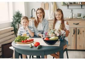 美丽的大家庭在厨房做饭_5251190