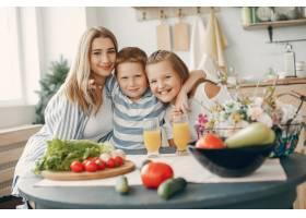 美丽的大家庭在厨房做饭_5251191
