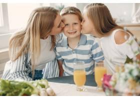 美丽的大家庭在厨房做饭_5251192