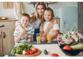 美丽的大家庭在厨房做饭_5251193
