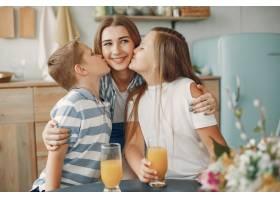 美丽的大家庭在厨房做饭_5251194