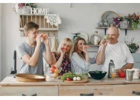 美丽的大家庭在厨房做饭_5251217