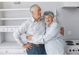 美丽的老夫妇在家里共度时光_6280109
