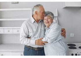 美丽的老夫妇在家里共度时光_6280110