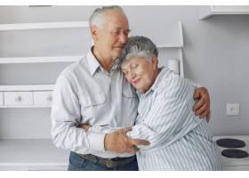 美丽的老夫妇在家里共度时光_6280111