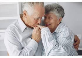 美丽的老夫妇在家里共度时光_6280114