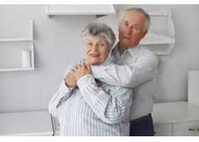 美丽的老夫妇在家里共度时光_6280624