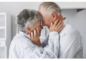 美丽的老夫妇在家里共度时光_6280626