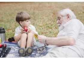 野餐时的高角爷爷和孙子_5585569