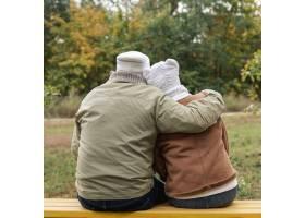 长椅上的高年级夫妇拥抱着_5962498