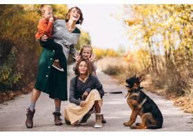 秋天公园里的母亲带着孩子和狗_5852276