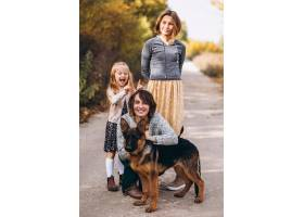 秋天公园里的母亲带着孩子和狗_5852278
