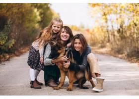 秋天公园里的母亲带着孩子和狗_5852280