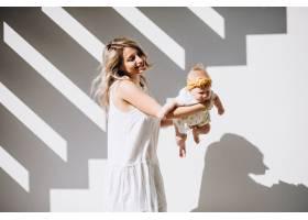 母亲带着年幼的女儿在白色背景上_5495785