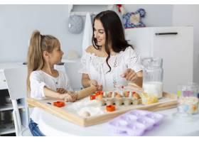 母亲教女儿如何做饭_5809798