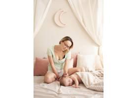 母亲看着漂亮的新生儿_6145806
