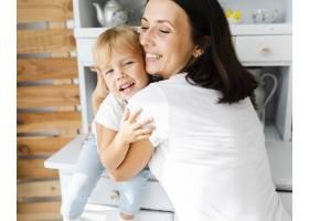 母亲给女儿一个拥抱_5918619