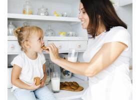 母亲给女儿一块饼干_5918566