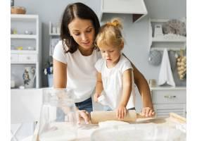 母女俩使用厨房滚筒_5918626