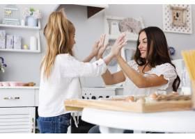 母女俩在厨房里共度时光_5809718