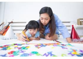 母女俩学习字母表_5519319