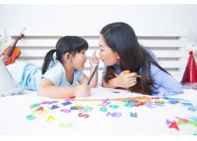母女俩学习字母表_5519321