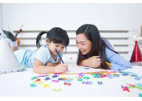母女俩学习字母表_5519322