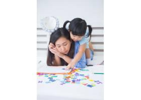 母女俩学习字母表_5519323