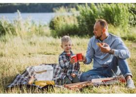 父亲带着儿子在公园野餐_5496280