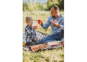 父亲带着儿子在公园野餐_5496281