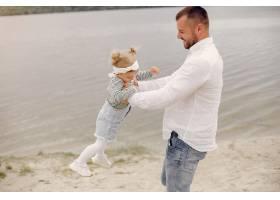 父亲带着女儿在避暑公园玩耍_5252673