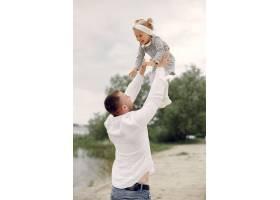 父亲带着女儿在避暑公园玩耍_5252674